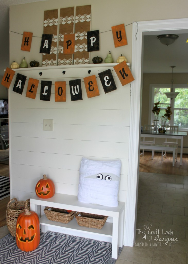 AWESOME! These two Pottery Barn inspired Halloween decor projects are a GREAT way to quickly, easily, and inexpensively decorate your entry for Halloween visitors. Complete tutorial by The Crazy Craft Lady for Designer Trapped in a Lawyer's Body.
