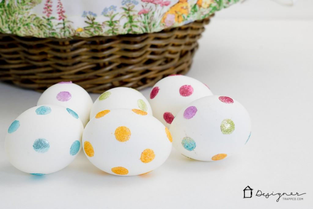 Need a new way for decorating Easter eggs this year? This looks SO EASY!