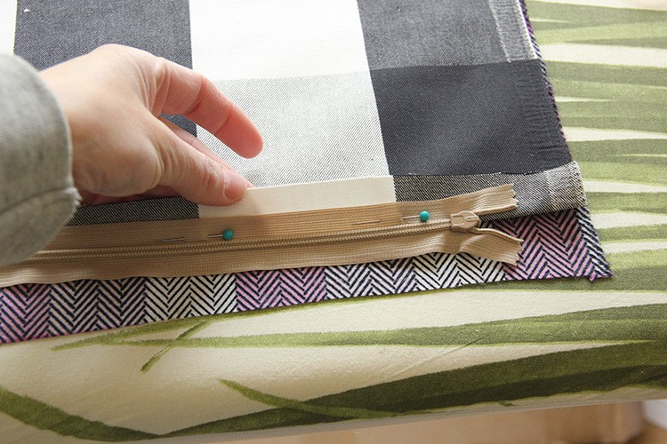 Finally a tutorial that teaches how to make a pillow with a zipper that makes it look easy and that MAKES SENSE! I can't wait to try it!