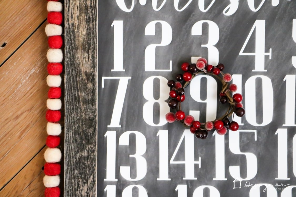 OMG, I love this DIY Christmas countdown calendar and it looks so easy to make! The fact that it's a chalkboard sign as well is just perfect.